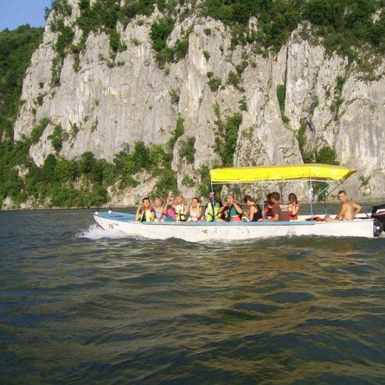 http://pensiuneadanubia.ro/wp-content/uploads/2016/02/Croaziera-cu-barca-in-Clisura-Dunarii-540x540.jpg