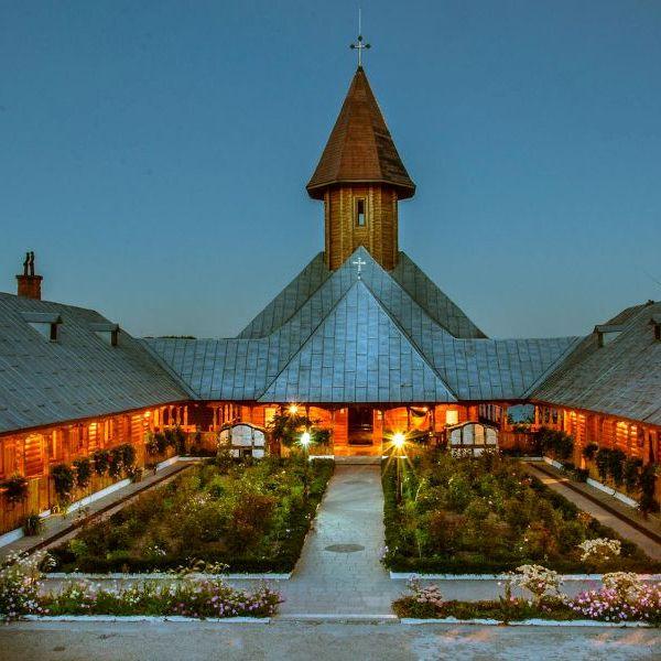http://pensiuneadanubia.ro/wp-content/uploads/2016/02/Manastirea-Sfanta-Ana-Activitati.jpg