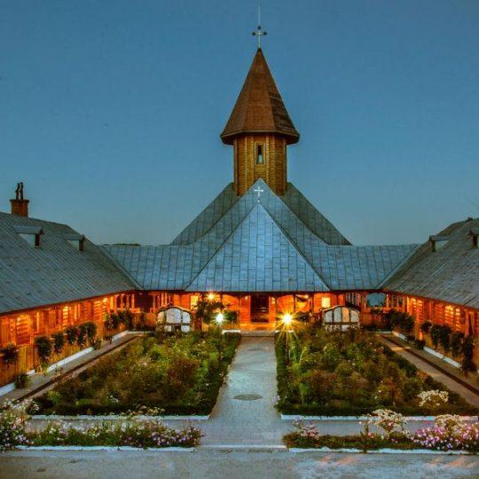 http://pensiuneadanubia.ro/wp-content/uploads/2016/03/Manastirea-Sfanta-Ana-1-540x540.jpg